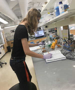 Graduate student Taylor Evans works in lab.