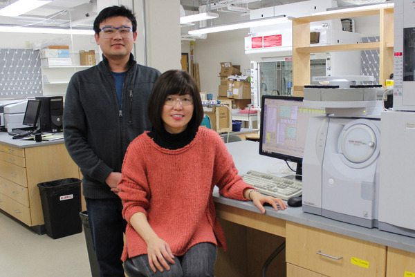 Professor Kyoung-Shin Choi (right) with postdoctoral researcher Hyun Gil Cha (left)