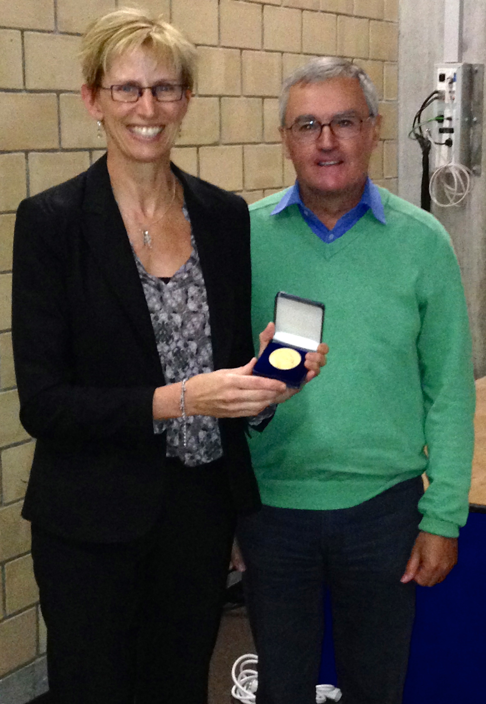 Prof. Laura Kiessling receiving the Hofmann medal from Prof. John Robinson