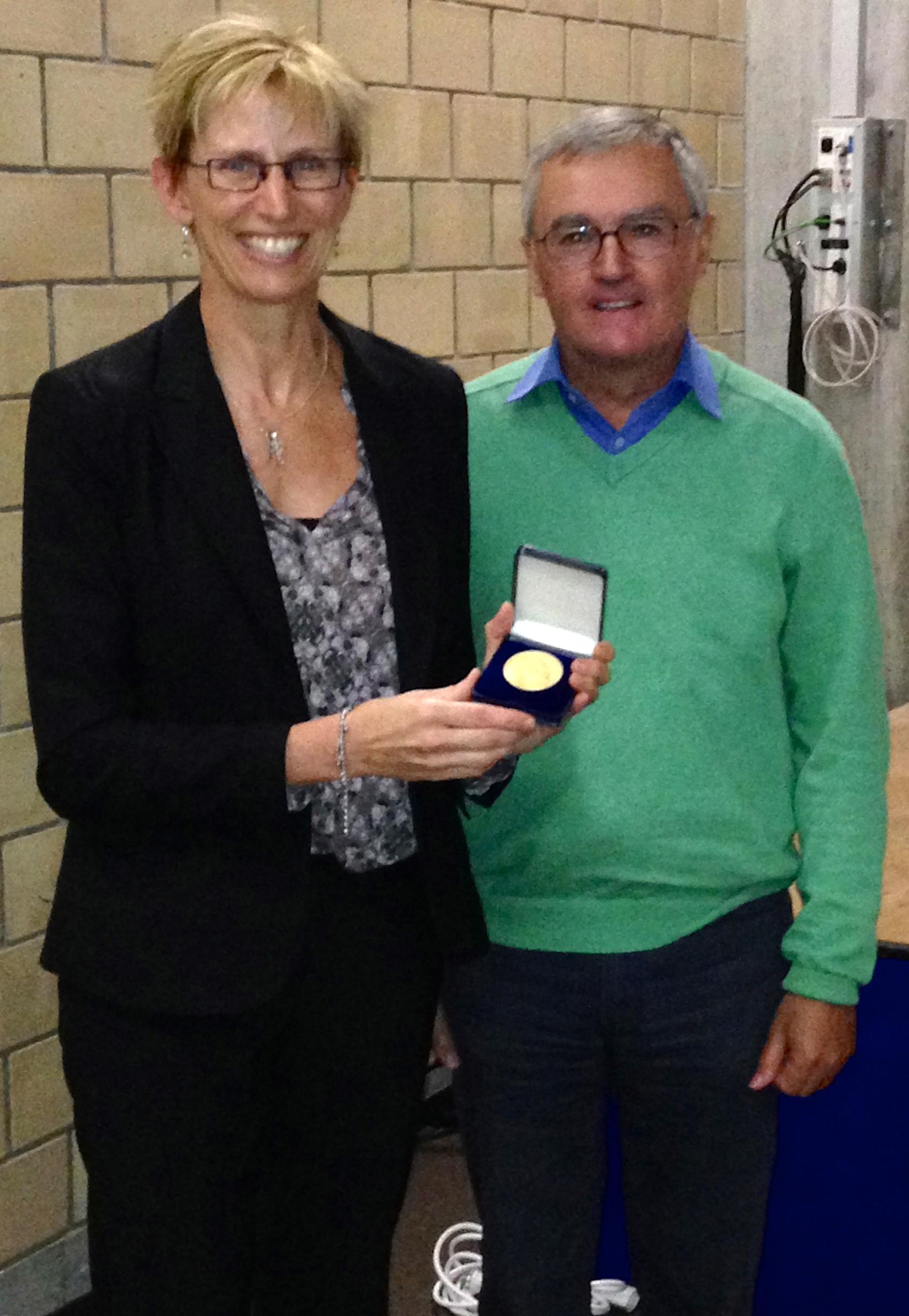 Prof. Laura Kiessling receiving the Hofmann medal from Prof. John Robinson
